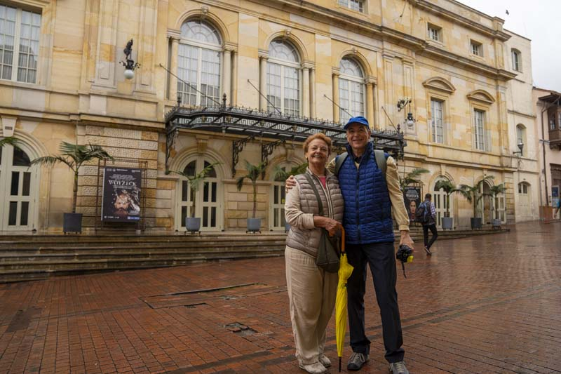 couple in front of the Teatro Colon Bogotá