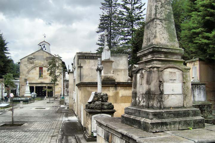 Sculptures and graves of the main cemetery of Bogotá